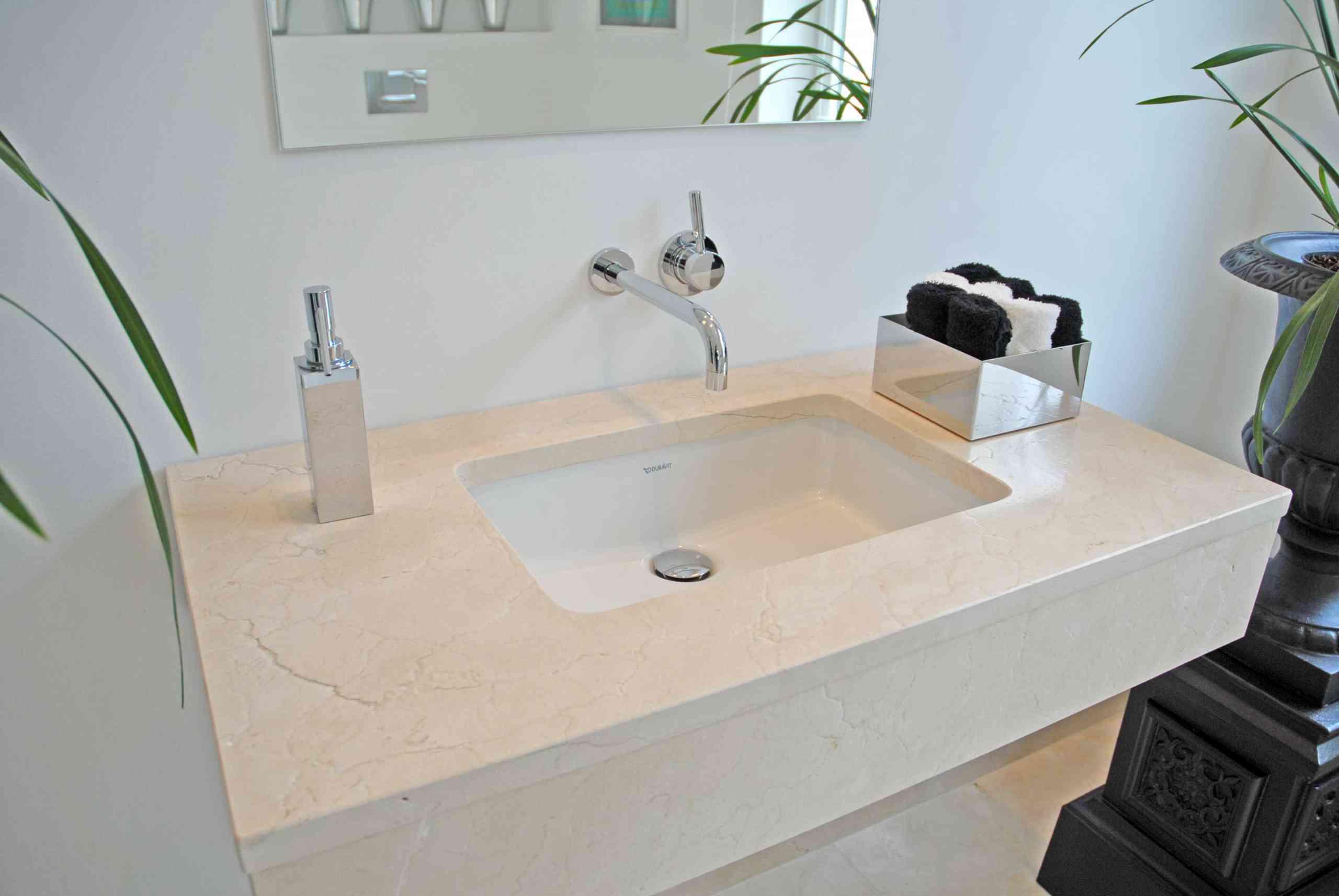 Waschtischplatte in Crema Marfil mit Unterbaubecken