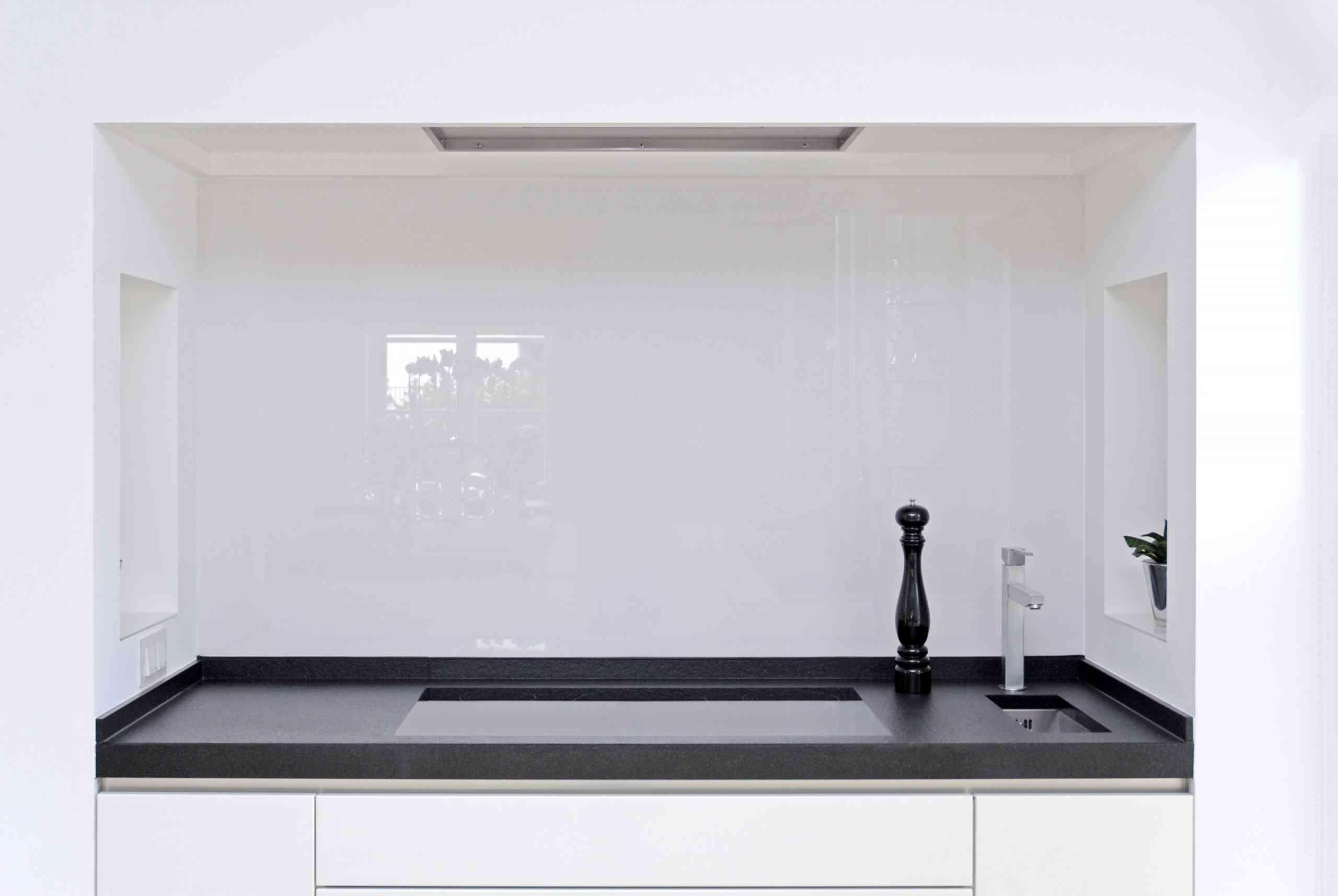 Küchenarbeitsplatte in Nero Assoluto geflammt und gebürstet mit flächenbündigem Ceranfeld